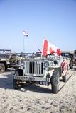 Legerjeep van de Helden die van de organisatiehoed op strand berijden Royalty-vrije Stock Fotografie