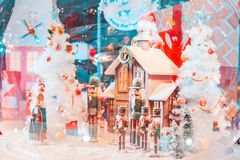 Legerkerstmis dall en huis met sneeuw in de grote glasbal en het licht royalty-vrije stock fotografie