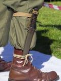 Legerlaars met bajonetdolk aan het wordt vastgebonden die stock foto