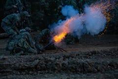 Legermilitairen tijdens de militaire operatie oorlog, leger, technologie en mensenconcept stock afbeelding