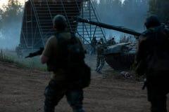 Legermilitairen tijdens de militaire operatie oorlog, leger, technologie en mensenconcept stock afbeeldingen