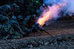 Legermilitairen tijdens de militaire operatie oorlog, leger, technologie en mensenconcept stock foto's