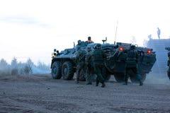 Legermilitairen tijdens de militaire operatie oorlog, leger, technologie en mensenconcept stock foto