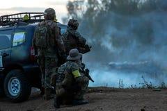Legermilitairen tijdens de militaire operatie oorlog, leger, technologie en mensenconcept stock fotografie