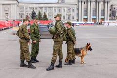 Legerpatrouille met hond op Kuibyshev-Vierkant in Samara Stock Foto
