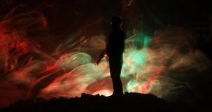 Legersluipschutter met het geweer die van de groot-kalibersluipschutter naar dodende vijand streven Silhouet op hemelachtergrond  stock videobeelden