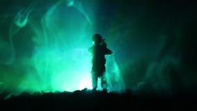 Legersluipschutter met het geweer die van de groot-kalibersluipschutter naar dodende vijand streven Silhouet op hemelachtergrond  stock video
