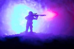 Legersluipschutter met het geweer die van de groot-kalibersluipschutter naar dodende vijand streven Silhouet op hemelachtergrond  stock fotografie