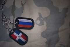 legerspatie, hondmarkering met vlag van de Dominicaanse republiek van Rusland en op de kaki textuurachtergrond Stock Afbeelding