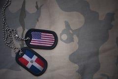 legerspatie, hondmarkering met vlag van de Dominicaanse republiek van de Verenigde Staten van Amerika en op de kaki textuurachter Stock Afbeelding