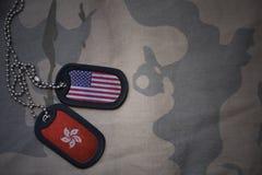 legerspatie, hondmarkering met vlag van de Verenigde Staten van Amerika en Hongkong op de kaki textuurachtergrond Royalty-vrije Stock Foto's