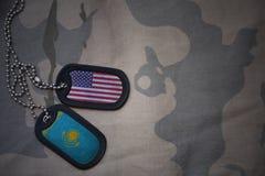 legerspatie, hondmarkering met vlag van de Verenigde Staten van Amerika en Kazachstan op de kaki textuurachtergrond Stock Fotografie