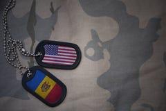 legerspatie, hondmarkering met vlag van de Verenigde Staten van Amerika en moldova op de kaki textuurachtergrond royalty-vrije stock afbeeldingen