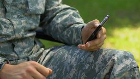 Legerveteraan het scrollen Web-pagina's op smartphone, de datumdienst voor gehandicapten stock video