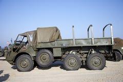 Legervrachtwagens van de Helden die van de organisatiehoed op strand berijden Stock Fotografie