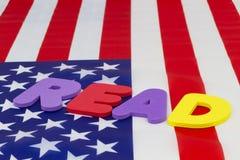 LEGGA la parola su alfabetizzazione di punti culminanti della bandiera americana Fotografia Stock