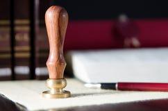 Legge, avvocato, bollo del notaio e penna sullo scrittorio Fotografia Stock