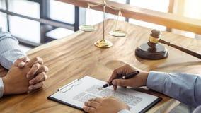 Legge, concetto dell'avvocato dell'avvocato e della giustizia, consultazione fra un avvocato maschio e cliente, dando consiglio e fotografie stock libere da diritti
