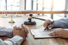 Legge, concetto dell'avvocato dell'avvocato e della giustizia, consultazione fra un avvocato maschio e cliente, dando consiglio e immagine stock libera da diritti
