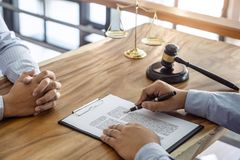 Legge, concetto dell'avvocato dell'avvocato e della giustizia, consultazione fra un avvocato maschio e cliente, dando consiglio e immagini stock