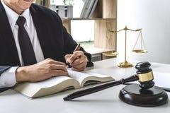 Legge, concetto dell'avvocato dell'avvocato e della giustizia, avvocato maschio o notaio lavoranti all'i documenti e rapporto del immagini stock