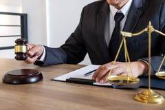 Legge, concetto della giustizia e di consiglio, avvocato del consulente o notaio legale lavoranti all'i documenti e rapporto del  immagine stock