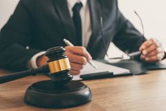 Legge, concetto della giustizia e di consiglio, avvocato del consulente o notaio legale lavoranti all'i documenti e rapporto del  fotografia stock