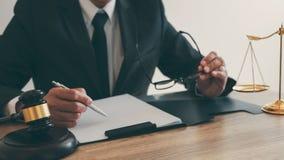 Legge, concetto della giustizia e di consiglio, avvocato del consulente o notaio legale lavoranti all'i documenti e rapporto del  fotografia stock libera da diritti