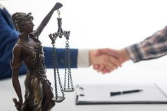 Legge, consiglio e concetto di Servizi Giuridici Avvocato ed avvocato che hanno riunione del gruppo allo studio legale fotografia stock