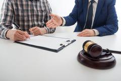 Legge, consiglio e concetto di Servizi Giuridici Avvocato ed avvocato che hanno riunione del gruppo allo studio legale immagine stock libera da diritti