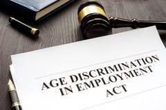 Legge e martelletto di discriminazione occupazionale per età fotografie stock libere da diritti