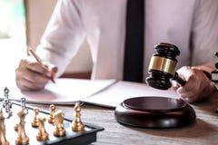 Legge legale, concetto della giustizia e di consiglio, avvocati maschii professionisti che lavorano all'aula di tribunale che si  immagine stock