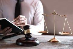 Legge legale, concetto della giustizia e di consiglio, avvocati maschii professionisti che lavorano all'aula di tribunale che si  immagini stock libere da diritti