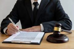 Legge legale, concetto della giustizia e di consiglio, avvocato di consiglio maschio o notaio lavoranti all'i documenti e le cart immagini stock libere da diritti