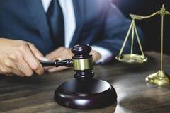 Legge legale, concetto della giustizia e di consiglio, avvocato maschio o wor del notaio immagini stock