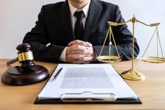 Legge legale, concetto della giustizia e di consiglio, avvocato o notaio maschio che lavorano all'i documenti e rapporto del caso immagini stock
