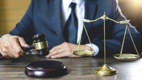 Legge legale, concetto della giustizia e di consiglio, avvocato o notaio maschio che lavorano all'i documenti e rapporto del caso fotografie stock