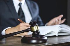 Legge legale, consiglio degli avvocati del martelletto del giudice giustamente con il martelletto immagine stock