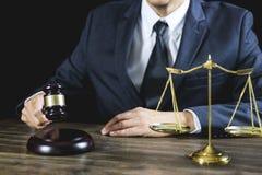 Legge legale, consiglio degli avvocati del martelletto del giudice giustamente con il martelletto e la bilancia della giustizia,  fotografie stock