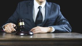 Legge legale, consiglio degli avvocati del martelletto del giudice giustamente con il martelletto e la bilancia della giustizia,  fotografia stock libera da diritti
