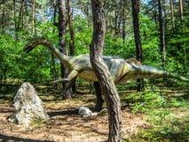 Legged herbivoor dinosaurus twee in bos stock fotografie
