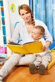 Leggendo ai bambini Fotografia Stock Libera da Diritti