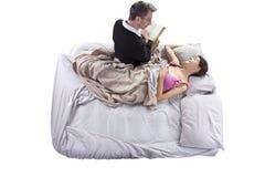 Leggendo alla figlia malata Immagini Stock Libere da Diritti