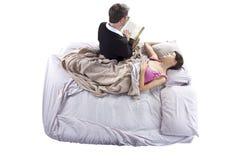 Leggendo alla figlia malata Fotografia Stock