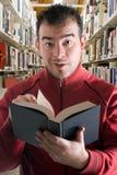 Leggendo alla libreria Immagini Stock