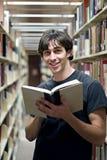Leggendo alla libreria Fotografia Stock