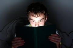 Leggendo alla notte Immagine Stock Libera da Diritti