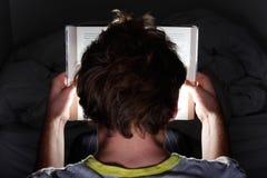 Leggendo alla notte Fotografia Stock Libera da Diritti