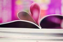Leggendo con l'amore fotografie stock libere da diritti