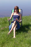 Leggendo dal mare Immagine Stock